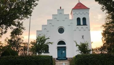 Ørby Samsø nyrenoveret kirke i aftensolen