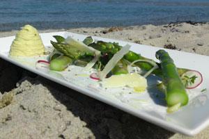 Grønne-asparges-fra-Samsø-med-røget-kartoffelcreme