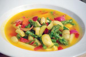 Grøntsagsfrikasse-med-Samsø-kartofler-asparges-og-safran