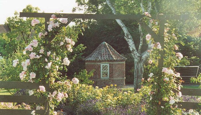 Lysthus-med-lyserøde-roser
