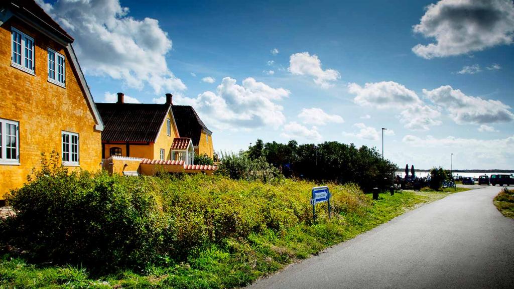 Langør-Samsø-gule-huse-set-fra-den-ensrettede-vej