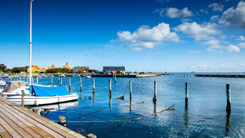 Langør-Samsø-havnen-og-molen-set-fra-broen