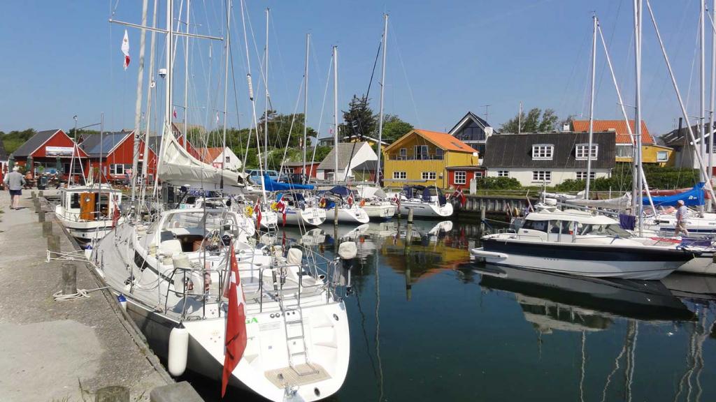 Mårup-havn-sejlbåde-set-fra-molen