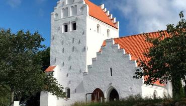 Onsbjerg Kirke tårn og indgangsparti Samsø