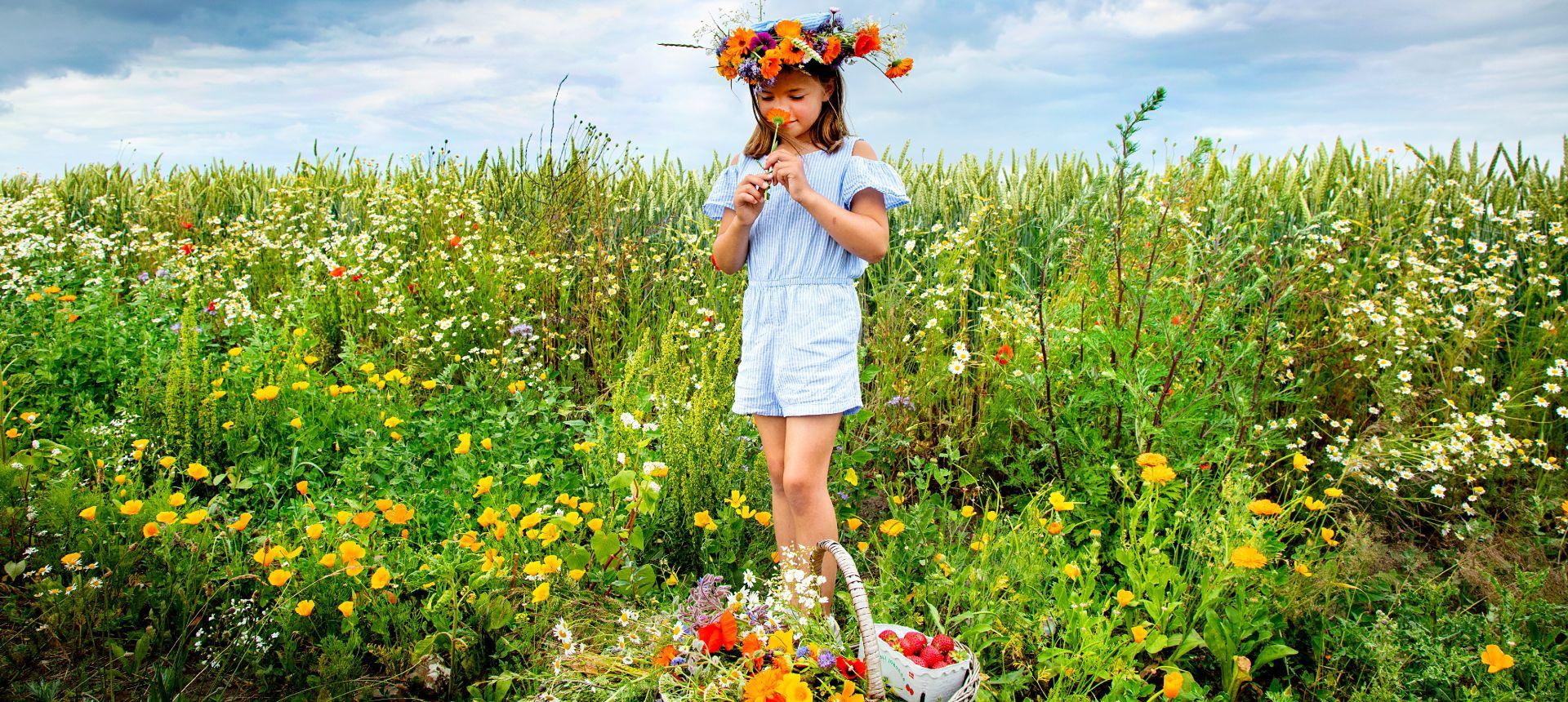 pige med blomster på mark